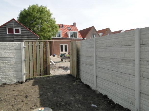 betonschutting met poort